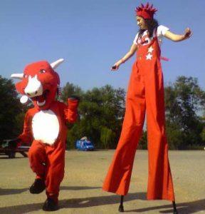 La vache qui rit et une animatrice sur échasses